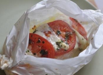 Papillote de saumon tomates et mozzarella - Saumon papillote au four ...
