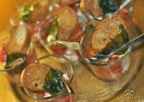 Tomate/mozza revisité : tomates confites, mozzarella, croûtons à l'ail et basilic frit